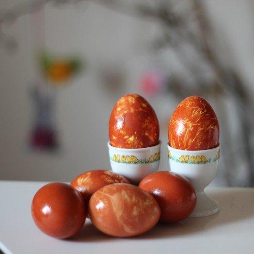 Mit Zwiebelsud gefärbte Eier - Ostereier färben mit Zwiebelschalen - diephotographin