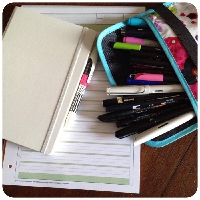 Übungsblätter, Notizbuch und jede Menge Stifte fürs Handlettering - diephotographin