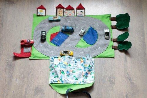 Die ausgeklappte Tasche mit Autos von oben - Auto-Spiele-Tasche für unterwegs nähen