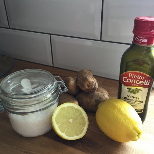 Die Zutaten: Zitronen, Kartoffeln, grobes Salz und Olivenöl - sommerlicher Zitronen-Kartoffelsalat