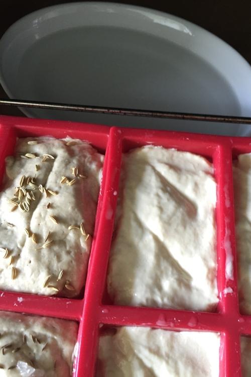 Mini feuerfeste Form mit kaltem Wasser kommt mit in den Ofen - Brote aus hellerem und dunklerem Teig - die-photographin.de