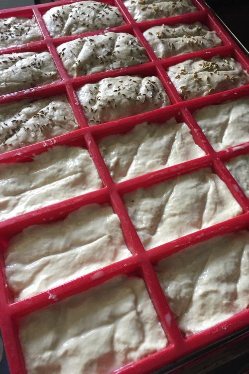 Alle Mini Brote auf dem Weg in den Ofen - Mini Brote mit hellerem und dunklerem Teig - die-photographin.de