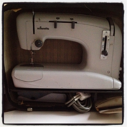 Eine alte Adlerette Nähmaschine von meiner Oma.