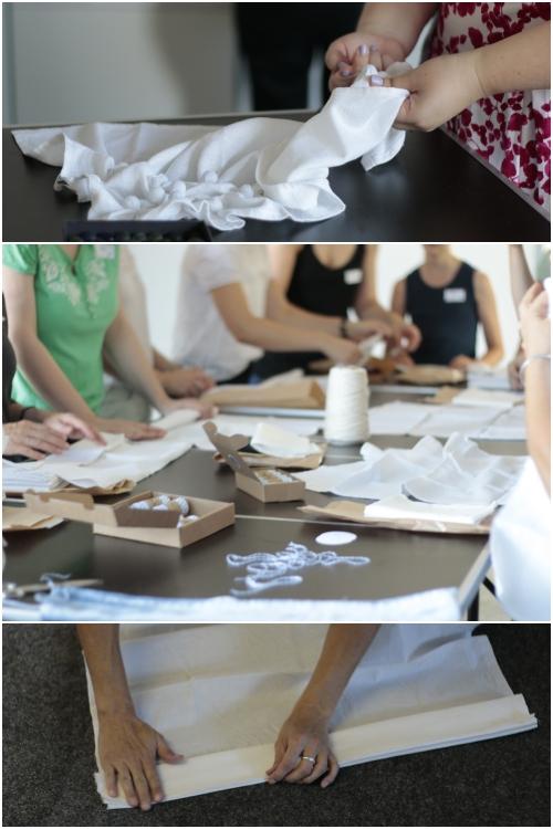 Die Workshop Teilnehmer beim falten und binden ihrer Stoffstücke beim Shibori Workshop mit renna deluxe