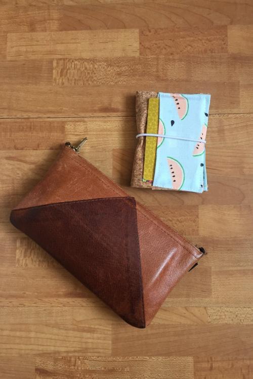 Kleines Kartenetui mit Korkstoff für #naehdirwas in Pastell - mit Karten befüllt neben meinem Portemonnaie - diephotographin