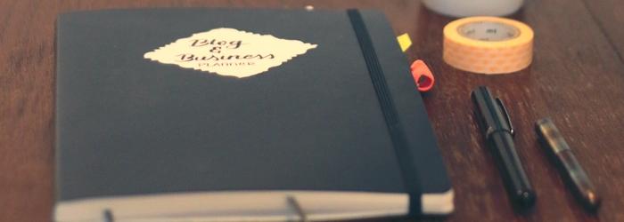 Mein Bullet Journal für Blog & Business mit meinem Kaweco Liliput, dem Pentel Pocket Brushpen und Washi Tape.