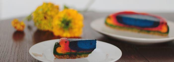 Regenbogen Käsekuchen mit einem Keksboden (mit Klick aufs Bild kommt ihr zum Rezept)