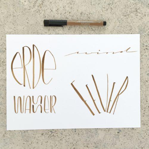 Lettering der Worte Erde, Wasser, Feuer und Wind mit einem Faber-Castell PITT Artist Brush Pen - Increase Creativity Challenge März - Farbe beige - diephotographin