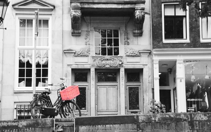 Roter Fahrradkorb vor einem Stadthaus, Amsterdam - Color-Key #fotoprojekt17 - diephotographin