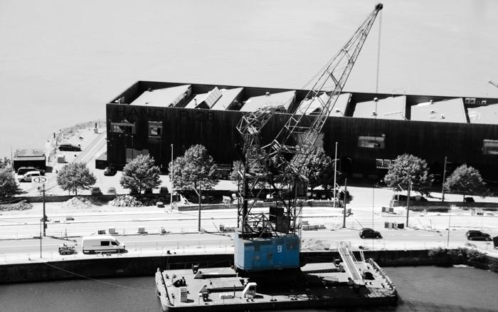 Blauer Verladekran im Hafen, Antwerpen - Color-Key #fotoprojekt17 - diephotographin
