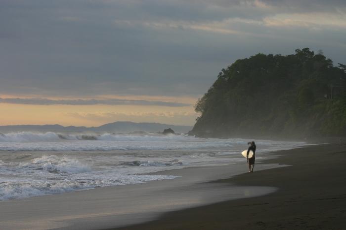 Ein Surfer beim Sonnenuntergang am Strand von Jaco in Costa Rica - #fotoprojekt17 - diephotographin