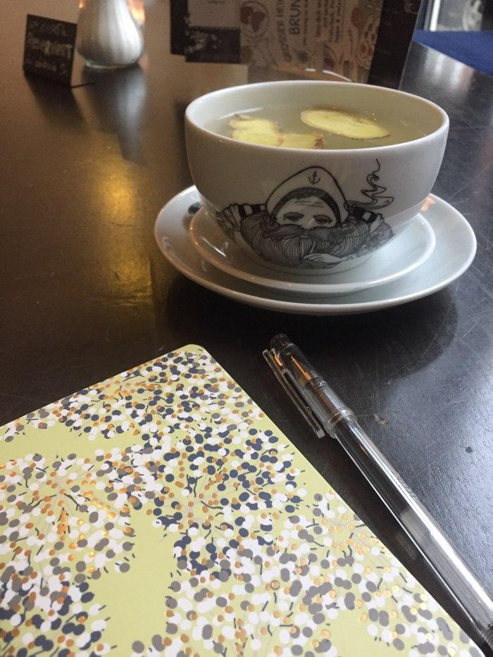 Frischer Ingwertee, ein Notizbuch und ein Stift - mehr brauche ich für eine kleine Auszeit nicht - diephotographin