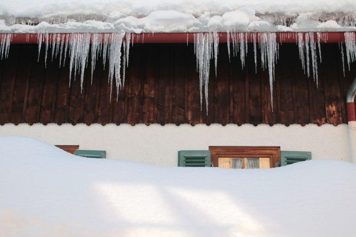 Eiszapfen am Dach - Winter in Bayern - Increase Creativity