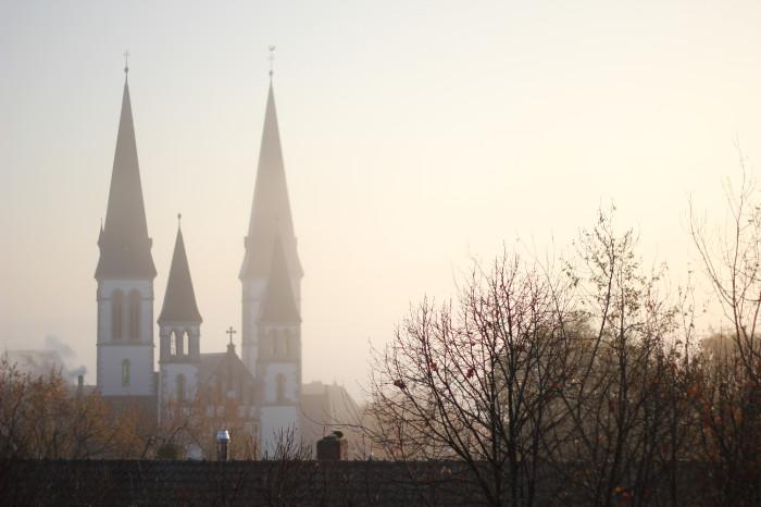 Morgennebel in Wiesbaden mit Blick auf die Dreifaltigkeitskirche - Increase Creativity
